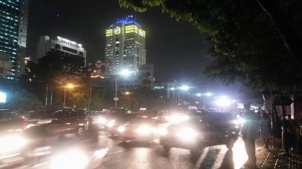 Jalan tak bergerak, hujan plus long weekend. http:…