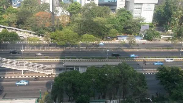 Jalanan Jakarta makanya masih lengang di hari kerj…